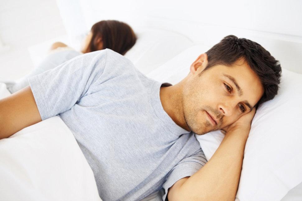 O hormônio testosterona desempenha um papel importante na saúde dos homens. Para começar, ajuda a manter a massa muscular, a densidade óssea e o desejo sexual. A produção de testosterona é mais alta no início da idade adulta de cai um pouco a cada ano. Quando o corpo não produz a quantidade certa de testosterona, a condição é chamada de hipogonadismo .Homens diagnosticados com hipogonadismo podem se beneficiar da terapia com testosterona. A terapia geralmente não é recomendada, se os níveis de testosterona estiverem dentro da faixa normal para sua idade. Não há solução mágica para aumentar sua testosterona, mas alguns remédios naturais podem ajudar. Tenha uma boa noite de sono Nada mais natural do que ter uma boa noite de sono. Uma pesquisa mostrou que a falta de sono pode reduzir bastante os níveis de testosterona de um homem jovem e saudável.  Esse efeito é claro após apenas uma semana de sono reduzido. Os níveis de testosterona foram particularmente baixos entre as 2 e as 10 da noite nos dias com restrição de sono. Os participantes do estudo também relataram uma diminuição da sensação de bem-estar quando os níveis de testosterona no sangue diminuíram. Quanto ao sono do seu corpo, isso depende de muitos fatores. A maioria dos adultos geralmente precisa entre sete e nove horas por noite para funcionar bem e ter uma vida saudável. Perder peso Homens acima do peso e de meia idade com pré diabetes também têm baixos níveis de testosterona. Um estudo do revelou que testosterona baixa e diabetes estão intimamente ligados. Homens que mantêm um peso normal têm um risco menor de desenvolver diabetes e hipogonadismo. Uma pesquisa publicada confirma que perder algum peso pode ajudar a aumentar sua testosterona. Essas descobertas não significam que você precisa fazer uma dieta radical. A melhor maneira de alcançar e manter um peso saudável é através de uma dieta sensata e exercício físico regular.