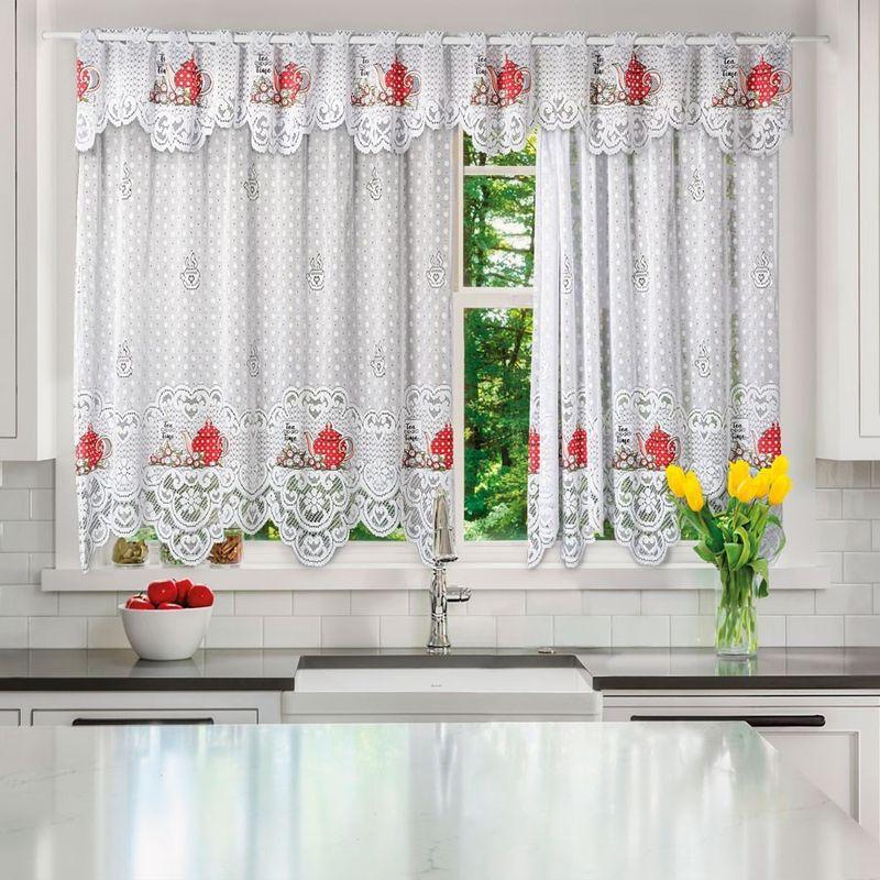 imagem de uma cozinha com cortina de renda
